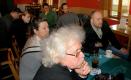 Občané zaujatě poslouchají představu poslanců Bárty a Kádnera k novému sociálnímu systému.