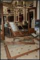 Výbuch rozsekal na třísky masivní dřevěné dveře. Ty dopadly přímo na pult, za kterým sedí recepční.
