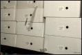 Steně jako do těchto krabic se střepy zabodávaly i do lidí.