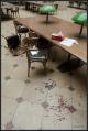 Krev a střepy. To je první dojem ze zdemolované místnosti.