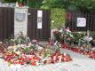 Před domem Bartošové v Uhříněvsi je improvizované pietní místo.