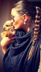 Nikol Švantnerová na jediném normálním snímku. Jestli je ten psík její, to ovšem nevíme...