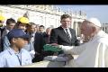 Europoslanec Jiří Pospíšil předal papeži Františkovi dárek v podobě sošky Pražského Jezulátka