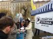 Pirátská demonstrace v sobotu 20. 2.: Novopečená manželka Ivana Bartoše se stará o informační stánek