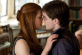 Daniel Radcliffe s Ginny, kterou hrála Bonnie Wright, v posledním dílu potterovské filmové ságy