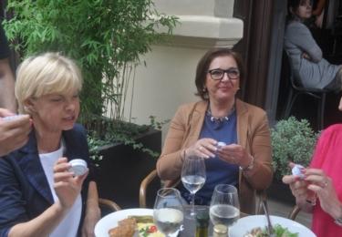 Paní, které se v podniku stavily na oběd, mobilní popelníčky také ocenily