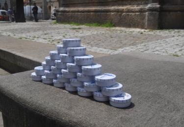 Pyramida z mobilních popelníčků