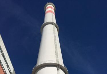 Na stometrový komín vylezli záchranáři po žebříku.