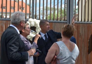 Andrej Babiš se během svatby vypořádal i se svými odpůrci před branou