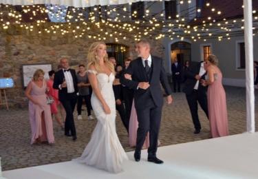 Před tancem novomanželů