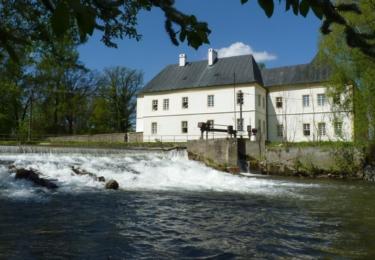Katastrem teče řeka Opava