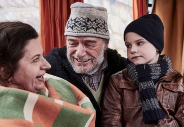 Haniným nečekaným spojencem se stává vnuk Ivánek, který si zamiloval nejen svérázného Broňu, ale i jeho slepici Adélu a otužileckou komunitu na břehu Vltavy.