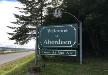 Aberdeen vítá návštěvníky slovy slavné Cobainovy písně z Nevermind (Přijď tak, jak jsi)