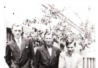 Husák s kamarády, na snímku uprostřed