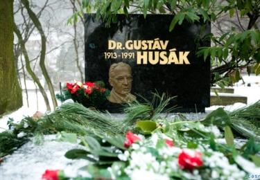 Pohřbený je na malém hřbitově na okraji Bratislavy