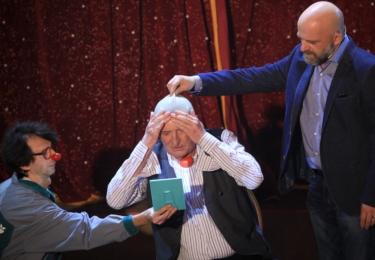 Do 55. Manéže si Polívka přivedl herečku a zpěvačku Hanku Holišovou; Patrika Hartla se Bolek pokusí zlomit ke kandidatuře na prezidenta a herce Hynka Čermáka poprosí, aby mu pomohl stát se drsoňem.