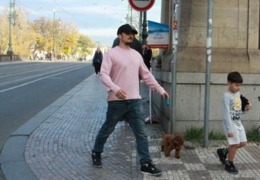 Orlando se synem vyrazili vyvenčit svého psa