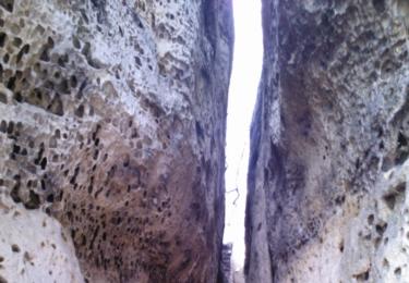 Úzká cesta ve skalách