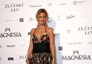 DJ Lucca (manželka muzikanta Michala Dvořáka z Lucie) má krásnou postavu, přes to ji černý pás u šatů poněkud zazdil. Na diskusi je také výstřih bez spodního prádla.