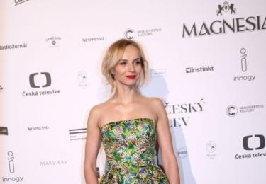 Jana Plodková znovu. To si musíte vychutnat, v tom by se ani na těch Oscarech neztratila.