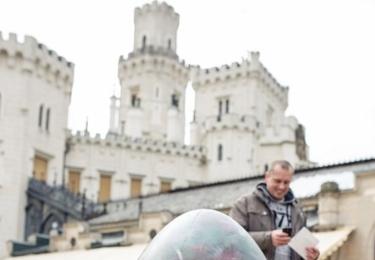 Obří kraslice s hradem v pozadí