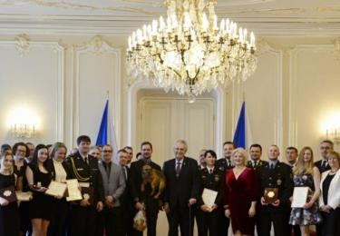 Společná fotka oceněných s prezidentem