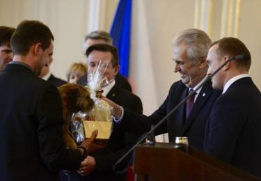 Miloš Zeman se mazlí s pejskem, který přežil 16 dní v liščí noře