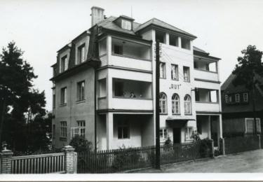 Anna a Rudolf Formanovi byli průkopníky turismu u Máchova jezera, postavili tu první český penzión. Rodinný klenot na břehu jezera jménem Rut provozuje rodina Miloše Formana dodnes.