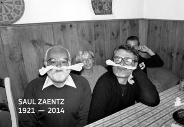 Se Saulem Zaentzem, který produkoval všechny jeho filmy. Zřejmě v pivnici U tygra