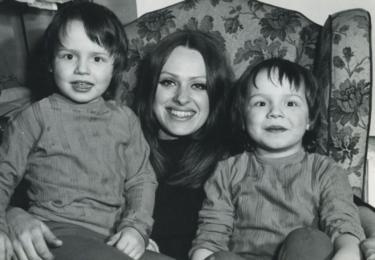 Věra Křesadlová s malým Matějem a Petrem
