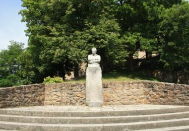 Socha Jaroslava Haška v podhradí naproti domu v němž žil