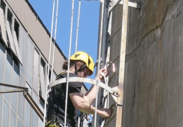 Ornitolog Václav Beran stoupá do výšky 120 metrů na ochoz komína Teplárny Trmice.