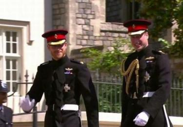 William a Harry na cestě do kostela. Uniformy jim sakra sluší