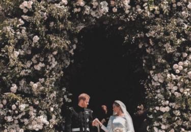 Opět krásná fotka z Twitteru. Kostel byl vyzdoben bambilionem bílých růží, nejoblíbenějších květin Lady Di. Z růží měly věnečky i malé družičky