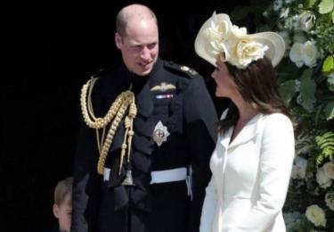 Krásná rodina. William, Kate a Charlotte. I když tedy - jak má William už téměř bosou hlavu, dodává mu to výraz spokojeného sysla