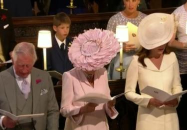 Charles a klobouky. Camilla zvolila svůj oblíbený létající talíř, Kate nádhernou kreaci, připomínající seshora květ kaly