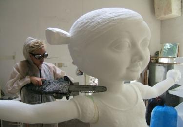 Martina Klouzová dodělává svoji sochu s názvem Niubó.
