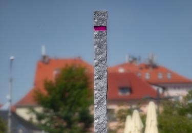 Růžový obelisk od Václava Fialy ozdobí Lannovu třídu v Českých Budějovicích.