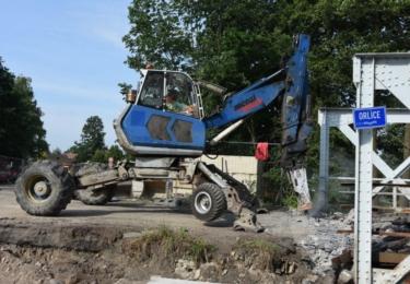 Dělníci rozebíraji starý most ve Svinarech.