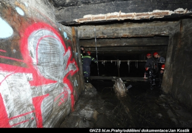 Hasiči v neděli a v pondělí prohledávali - marně - podzemí Motolského potoka. Je to tam vážně strašidelné