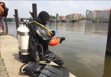 Do akce nastupují potápěči, též od pražských hasičů