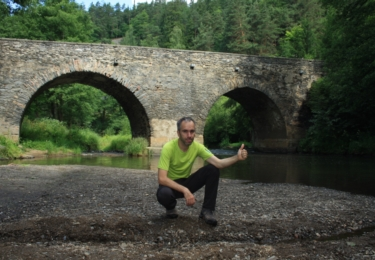 Poutník pod starobylým mostem