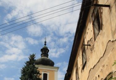 Kostel svatého Václava a chátrající zámek