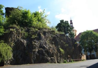Pozůstatky hradu a kostel