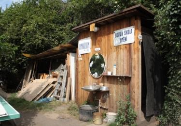 Svérázné toalety v hospůdce U Buddyho se mihly také ve filmu. Vladimír Javorský si před zrcadlem čistil zuby úžasnou pastou od firmy Runway