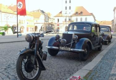 Moderní automobily zmizely, místo nich stály před radnicí vozy ze 40. let minulého století