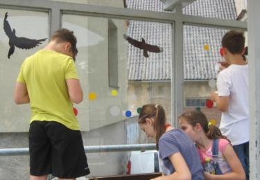 Děti ze základky zdobí barevnými nálepkami zastávky