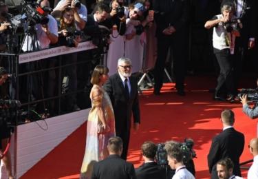 Prezident Bartoška s manželkou. K němu se ještě vrátíme, zde jen, paní Andrea má úžasné šaty, vypadá skvěle