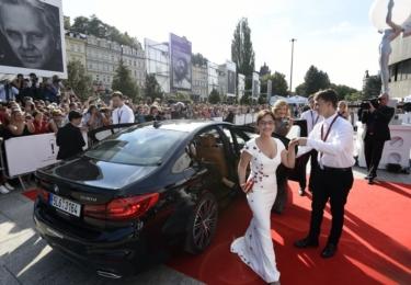 Alena Mihulová vystupuje z limuzíny, krásná, štíhlá jak chrt, a zářící jak slunce