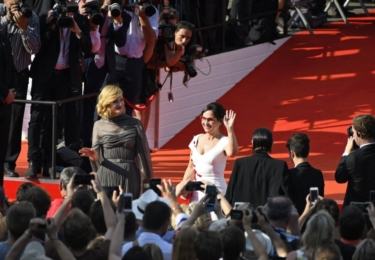 A ještě Alena s Aňou. Anna Geislerová je česká Meryl Streep. Proč? Uhraje vše. Nestárne. Není prvoplánová kráska s očima přes půl čenichu, přesto je nádherná. A její vkus je bezchybný. Ještě nikdy nikdo ji neviděl špatně oblečenou